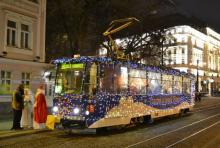 Vianočná električka opäť v uliciach Bratislavy