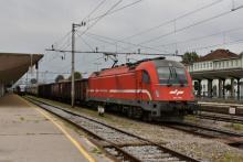 Slovinský viacsystémový taurus 541 006 s nákladným vlakom