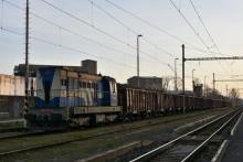 Farebne zaujímavý 742 141 ČD Cargo v Malackách na repnom vlaku
