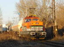KDS Žehlička 210 037-8 s kotlami GATX smeruje do Rajky