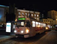 Reklamná T3G na Bauhaus 7839+7840 na linke 8 do Ružinova vyčkáva na Námestí L.Štúra na signál